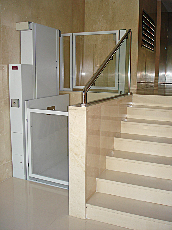 Fotos instalaciones de plataformas salvaescaleras en for Sillas ascensores para escaleras precios